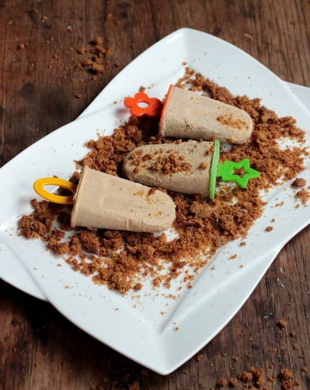 White plate on wooden board with cinnamon popsicles