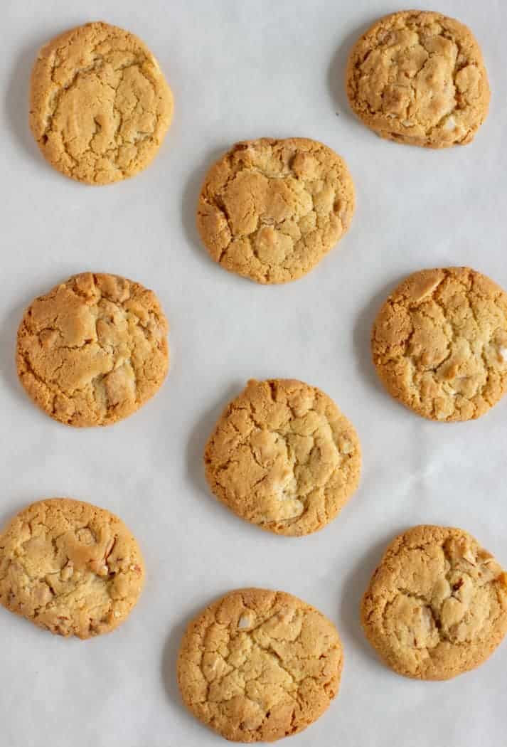 Flat view of baked cookies on parchmente paper